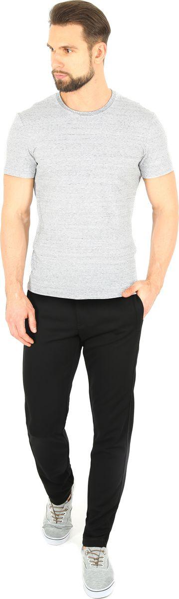 Брюки спортивные мужские Finn Flare, цвет: черный. B17-42013. Размер M (48)B17-42013Спортивные брюки Finn Flare, выполненные из качественного комбинированного материала, идеально подойдут для занятий спортом и для повседневной носки. Удобные, комфортные, они не стеснят вас в движениях и подарят ощущение легкости. Пояс регулируется затягивающимся шнурком, также модель застегивается на пуговицу и ширинку на застежке-молнии. По бокам и сзади брюки дополнены двумя втачными карманами на молниях.