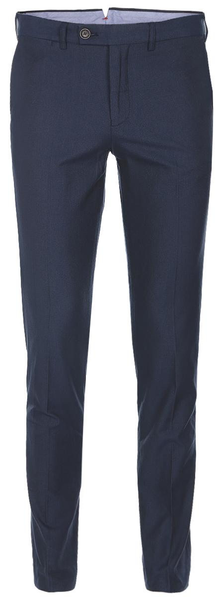 Брюки мужские Baon, цвет: темно-синий. B797006_Deep Navy Checked. Размер L (50)B797006_Deep Navy CheckedСтильные мужские брюки Baon со стрелками выполнены из плотного хлопка. Модель прямого кроя и стандартной посадки застегивается на ширинку с застежкой-молнией, а также на пуговицу в поясе. На поясе предусмотрены шлевки для ремня. Брюки оснащены двумя боковыми карманами и двумя втачными карманами с клапанами сзади.