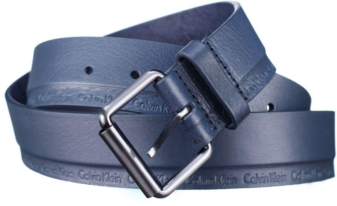 Ремень мужской Calvin Klein Jeans, цвет: темно-синий. K50K502473_0000. Размер 85K50K502473_0000Мужской ремень Calvin Klein выполнен из качественной натуральной кожи. Нижняя часть ремня декорирована тиснениями с названием бренда. Пряжка выполнена из металла, она позволит легко и быстро зафиксировать ремень и отрегулировать его длину.Уважаемые клиенты! Обращаем ваше внимание на тот факт, что размер ремня, доступный для заказа, является его длиной.