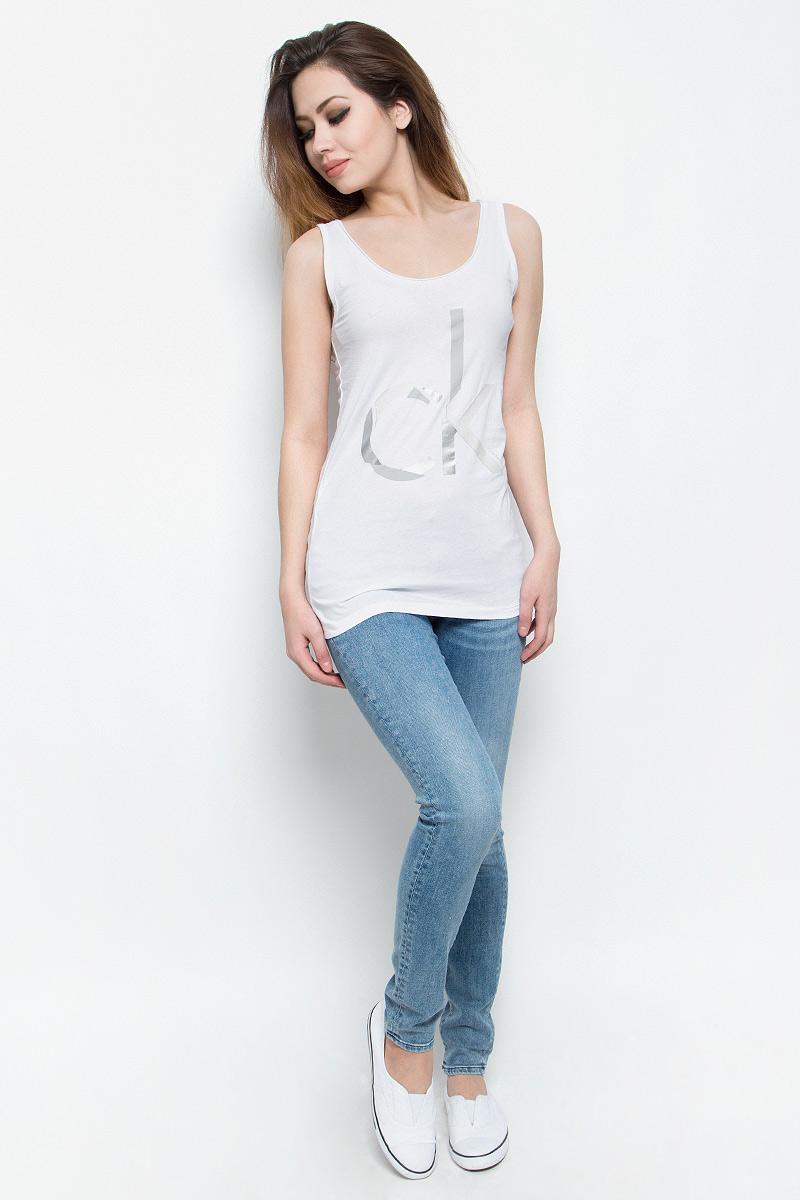 Майка женская Calvin Klein Jeans, цвет: белый. J20J205056. Размер L (48/50)J20J205056Стильная женская майка Calvin Klein Jeans, выполненная из натурального хлопка,обладает высокой теплопроводностью, воздухопроницаемостью игигроскопичностью, позволяет коже дышать.Модель с круглым вырезомгорловины оформлена термоаппликацией в виде логотипа бренда. Майка удлиненного кроя подарит вам комфорт в течение всего дня и послужитзамечательным дополнением к вашему гардеробу.