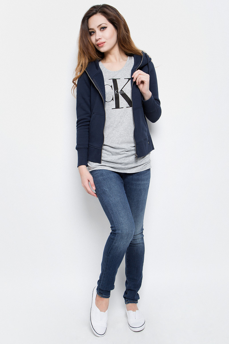 Толстовка женская Calvin Klein Jeans, цвет: темно-синий. J20J201273. Размер XL (50/52)J20J201273Стильная женская толстовка Calvin Klein Jeans выполнена из хлопка и полиэстера с добавлением эластана. Модель с капюшоном, дополненным шнурком и длинными рукавами, застегивается спереди на металлическую застежку-молнию. Низ изделия и манжеты рукавов дополнены трикотажными резинками. Спереди расположены два накладных кармана.