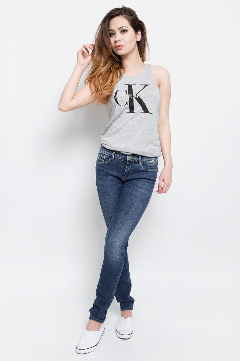 Джинсы женские Calvin Klein Jeans, цвет: темно-синий. J20J201274. Размер 26-32 (42-32)J20J201274Стильные женские джинсы Calvin Klein Jeans выполнены из хлопка с добавлением полиэстера и эластана. Материал мягкий и приятный на ощупь, не сковывает движения и позволяет коже дышать.Джинсы-скинни стандартной посадки застегиваются на пуговицу в поясе и ширинку на застежке-молнии. На поясе предусмотрены шлевки для ремня. Спереди модель оформлена двумя втачными карманами и одним маленьким накладным кармашком, сзади - двумя накладными карманами. Модель оформлена эффектом потертости.