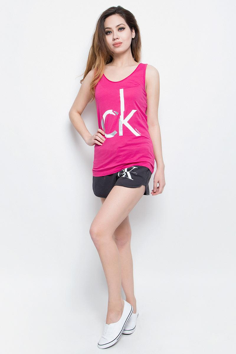 Майка женская Calvin Klein Jeans, цвет: розовый. J20J205056. Размер M (44/46)J20J205056Стильная женская майка Calvin Klein Jeans, выполненная из натурального хлопка,обладает высокой теплопроводностью, воздухопроницаемостью игигроскопичностью, позволяет коже дышать.Модель с круглым вырезомгорловины оформлена термоаппликацией в виде логотипа бренда. Майка удлиненного кроя подарит вам комфорт в течение всего дня и послужитзамечательным дополнением к вашему гардеробу.