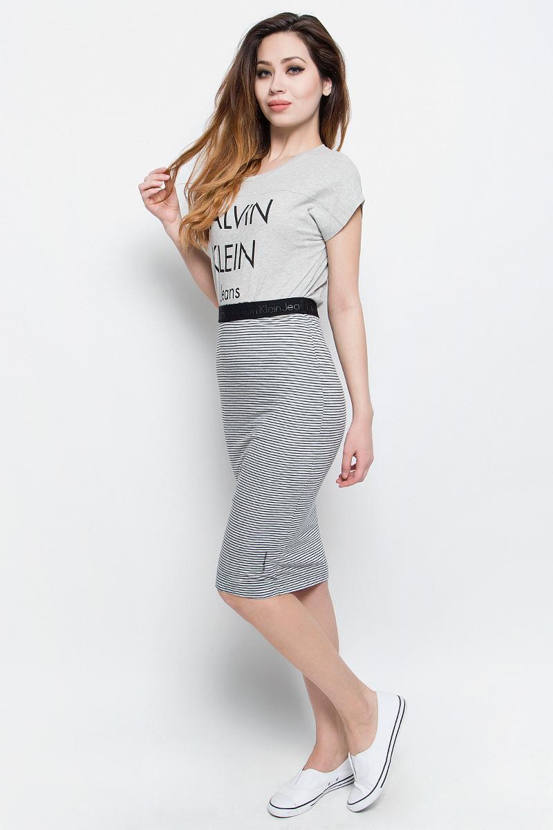 Юбка Calvin Klein Jeans, цвет: серый, черный. J20J204749. Размер S (42/44)J20J204749Юбка Calvin Klein Jeans выполнена из высококачественного комбинированного материала. С внутренней стороны имеется трикотажная подкладка. Юбка-миди с завышенной талией не имеет застежек, в поясе выполнена на широкой резинке. Оформлена юбка принтом в полоску и фактурными надписями с названием бренда.