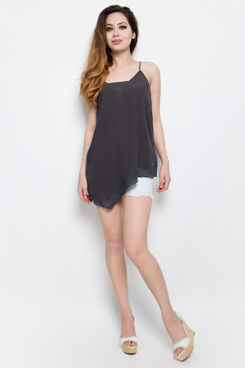 Топ женский Calvin Klein Jeans, цвет: темно-серый. J20J201237. Размер M (44/46)J20J201237Нежный женский топ Calvin Klein Jeans выполнен из качественной вискозы с отделкой из полиэстера. Модель на бретелях с V-образным воротом выполнена в нестандартной форме. Правая сторона изделия удлинена, а низ и вырез горловины дополнены вставками из полупрозрачной ткани. Топ оформлен небольшой металлической пластиной с названием бренда.