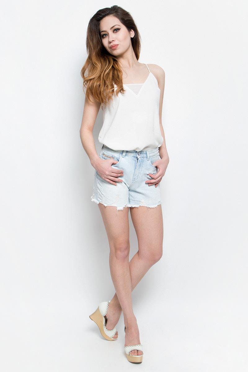 Шорты женские Calvin Klein Jeans, цвет: светло-голубой. J20J204963. Размер 28 (42/44)J20J204963Стильные женские шорты Calvin Klein Jeans выполнены из качественного хлопка. Материал мягкий и приятный на ощупь, не сковывает движения и позволяет коже дышать.Шорты завышенной посадки застегиваются на пуговицу в поясе и ширинку на застежке-молнии. На поясе предусмотрены шлевки для ремня. Спереди модель оформлена двумя втачными карманами и одним маленьким накладным кармашком, сзади - двумя накладными карманами. Шорты оформлены эффектом потертости и оригинальными отворотами.