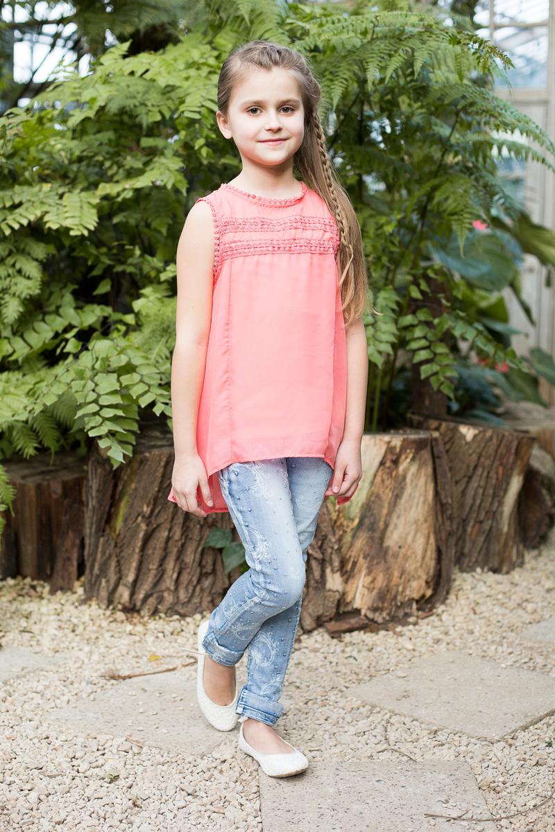 Блузка для девочки Luminoso, цвет: коралловый. 718087. Размер 146718087Элегантная шифоновая блузка для девочки. Комплектуется маечкой. Декорирована плетеным кружевом. Сзади застегивается на две маленькие пуговки.