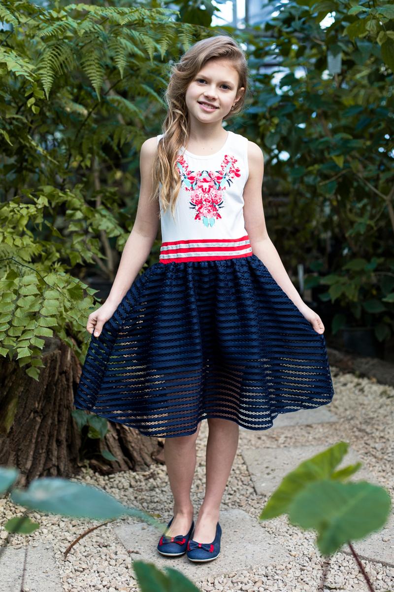 Платье для девочки Luminoso, цвет: синий, белый. 718102. Размер 140718102Трикотажное платье приталенного кроя из комбинированной ткани. Верх изделия декорирован ярким принтом, низ изделия выполнен из контрастной ткани.