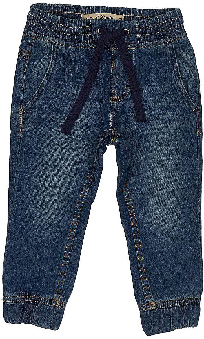 Джинсы для мальчика Sela Denim, цвет: темно-синий джинс. PJ-735/049-7213. Размер 92, 2 годаPJ-735/049-7213Стильные джинсы для мальчика Sela выполнены из натурального хлопка. Джинсы свободного кроя и стандартной посадки на талии имеют широкий пояс на мягкой резинке, дополнительно регулируемый шнурком. Модель дополнена двумя втачными карманами спереди и двумя накладными карманами сзади. Низ брючин собран на резинку.