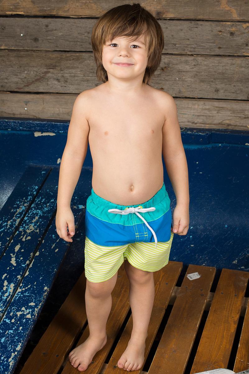 Шорты пляжные для мальчика Sweet Berry Baby, цвет: бирюзовый, синий, желтый. 196153. Размер 80196153Пляжные шорты для мальчика Sweet Berry, изготовленные из качественного материала трех цветов, - идеальный вариант, как для купания, так и для отдыха на пляже. Модель с вшитыми сетчатыми трусиками на поясе имеет эластичную резинку, регулируемую шнурком, благодаря чему шорты не сдавливают живот ребенка и не сползают. Изделие оформлено принтом в полоску и дополнено имитацией ширинки.Шорты быстро сохнут и сохраняют первоначальный вид и форму даже при длительном использовании.