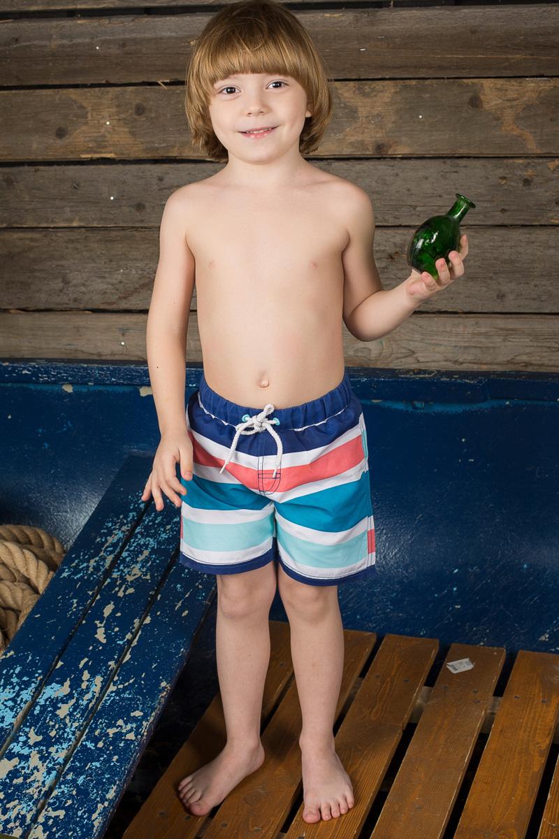 Шорты пляжные для мальчика Sweet Berry, цвет: темно-синий, белый, синий, коралловый. 196373. Размер 110196373Пляжные шорты для мальчика Sweet Berry - идеальный вариант, как для купания, так и для игр на пляже. Изготовленные из 100% полиэстера, они быстро сохнут и сохраняют первоначальный вид и форму даже при длительном использовании. Шорты комфортны в носке, даже когда ребенок мокрый.Модель с вшитыми сетчатыми трусиками на поясе имеет эластичную резинку, регулируемую шнурком, благодаря чему шорты не сдавливают живот ребенка и не сползают. Имеется имитация ширинки. Оформлено изделие принтом в полоску. Такие пляжные шорты, несомненно, понравятся вашему ребенку и послужат отличным дополнением к летнему гардеробу!