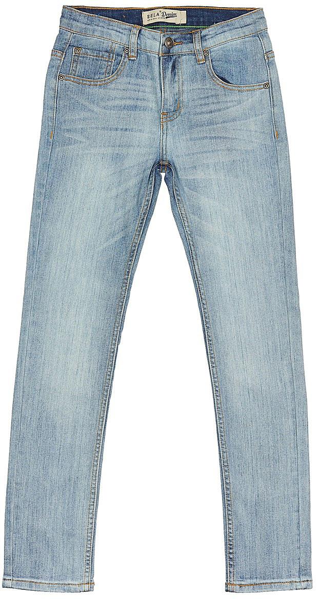 Джинсы для мальчика Sela Denim, цвет: голубой джинс. PJ-835/344-7243. Размер 140, 10 летPJ-835/344-7243Стильные джинсы для мальчика Sela выполнены из качественного эластичного материала с эффектом потертостей. Джинсы зауженного кроя и стандартной посадки на талии застегиваются на пуговицу и имеют ширинку на застежке-молнии. На поясе имеются шлевки для ремня. Модель представляет собой классическую пятикарманку: два втачных и накладной кармашек спереди и два накладных кармана сзади.