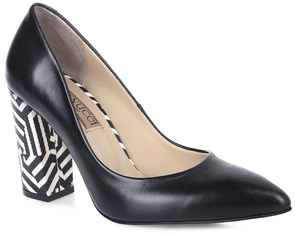 Туфли женские Benucci, цвет: черный, белый. 5865_кожа. Размер 395865_кожаИзысканные женские туфли от Benucci поразят вас своим дизайном! Модель выполнена из натуральной кожи. Подкладка и стелька - из натуральной кожипозволят ногам дышать и обеспечат максимальный комфорт при ходьбе. Зауженный носок добавит женственности в ваш образ. Высокий толстый каблук декорирован контрастным тиснением. Подошва с резиновой вставкой обеспечивает отличное сцепление с поверхностью. Модные туфли подчеркнут вашу яркую индивидуальность, позволят выделиться среди окружающих.