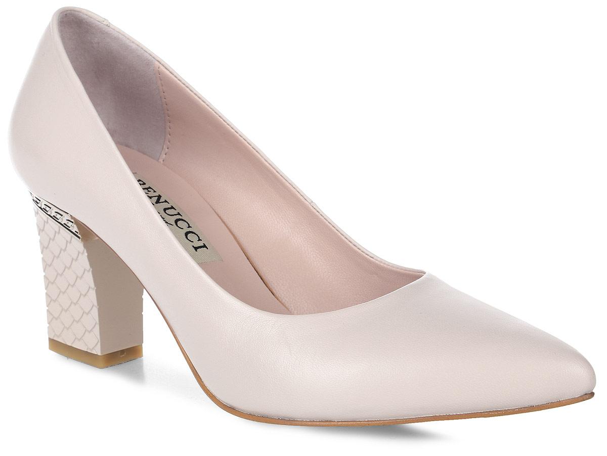 Туфли женские Benucci, цвет: молочный. 6855. Размер 376855Элегантные женские туфли от Benucci займут достойное место в коллекции вашей обуви. Модель изготовлена из высококачественной натуральной кожи. Невероятно мягкая стелька из натуральной кожи, дополненная логотипом бренда, обеспечивает максимальный комфорт при движении. Невысокий каблук, оформленный тиснением и металлической вставкой, устойчив. Подошва с рифлением не скользит. Изысканные туфли добавят шика в модный образ и подчеркнут ваш безупречный вкус.