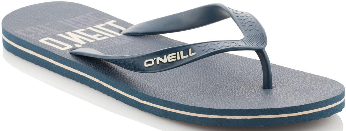 Сланцы мужские ONeill Fm Profile Graphic Flip Flops, цвет: темно-синий. 7A4530-5045. Размер 42 (41)7A4530-5045Сланцы от ONeill незаменимы для пляжного сезона. Модель выполнена из качественного полимерного материала. Перемычка между пальцами отвечает за надежную фиксацию модели на ноге. Удобная подошва оформлена оригинальным принтом.