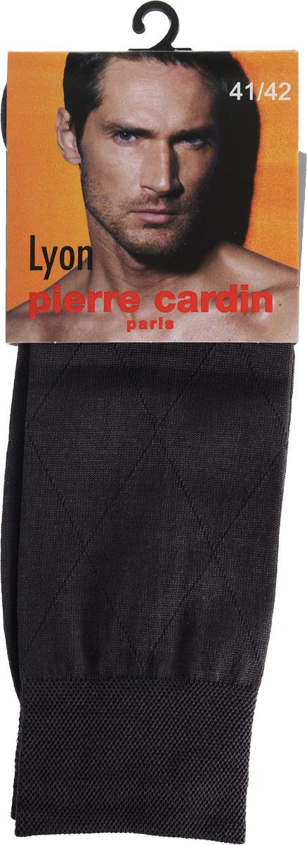 Носки мужские Pierre Cardin Lyon, цвет: темно-серый. Размер 5 (45/46)Cr LyonКлассические мужские носки Pierre Cardin изготовлены из высококачественного хлопка с добавлением полиамида и эластана, что обеспечивает комфортную посадку. Модель выполнена в элегантном однотонном дизайне с узором ромбы. Благодаря использованию тончайших волокон мерсеризированного хлопка, кожа в таких носках дышит. Двойная, широкая, эластичная резинка идеально облегает ногу и не пережимает сосуды. Паголенок декорирован изображением логотипа бренда.