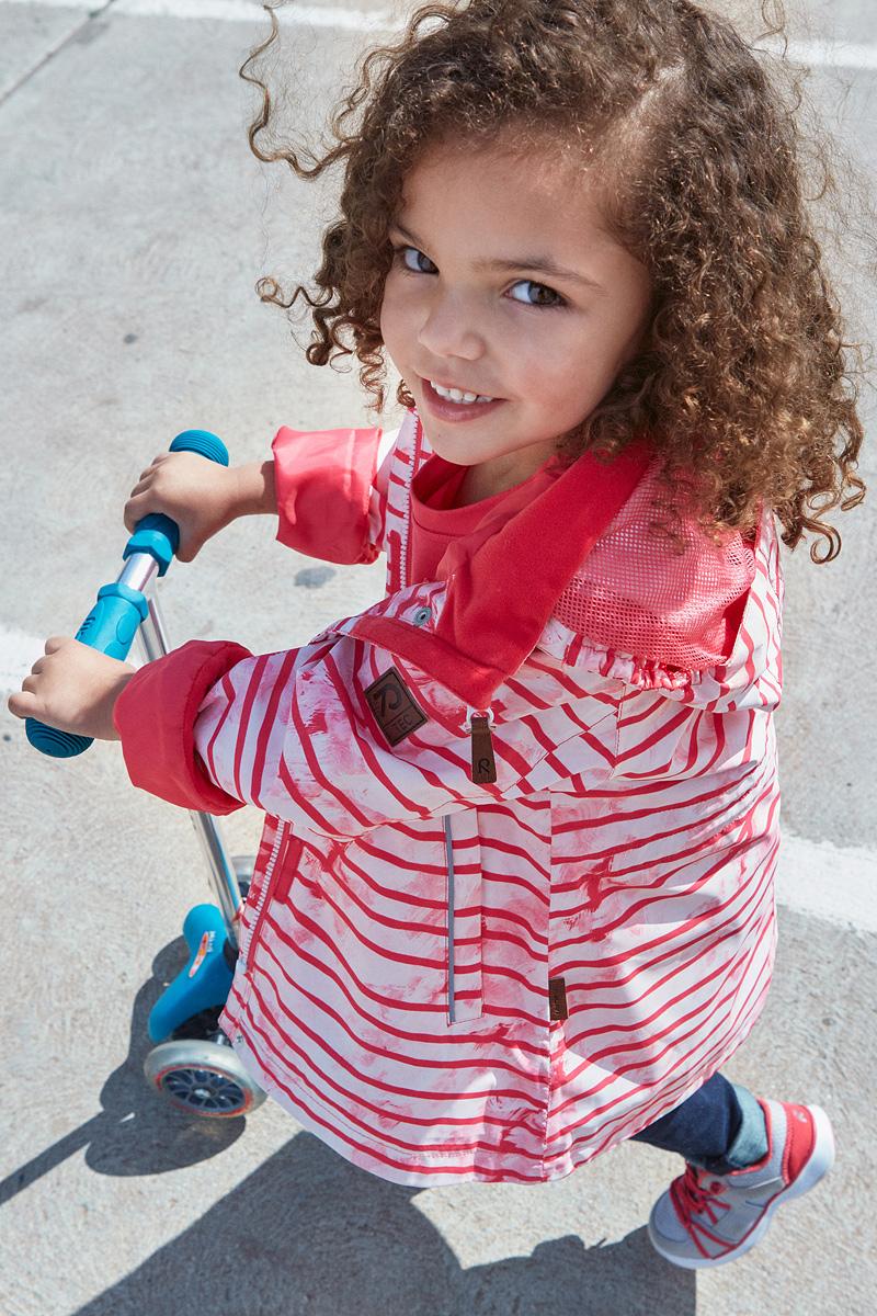 Куртка для девочки Reima Kimalle, цвет: розовый. 5214863366. Размер 1525214863366Удлиненная демисезонная куртка для девочек эффективно защищает от ветра. Дышащий материал также является водо- и грязеотталкивающим, а основные швы этой непромокаемой куртки проклеены. Дышащая подкладка из mesh-сетки. Съемный капюшон защищает от пронизывающего ветра и безопасен во время игр на свежем воздухе. С помощью внутреннего пояска эту удлиненную модель для девочек можно сделать более приталенной. Имеются два прорезных кармана и светоотражающие детали.