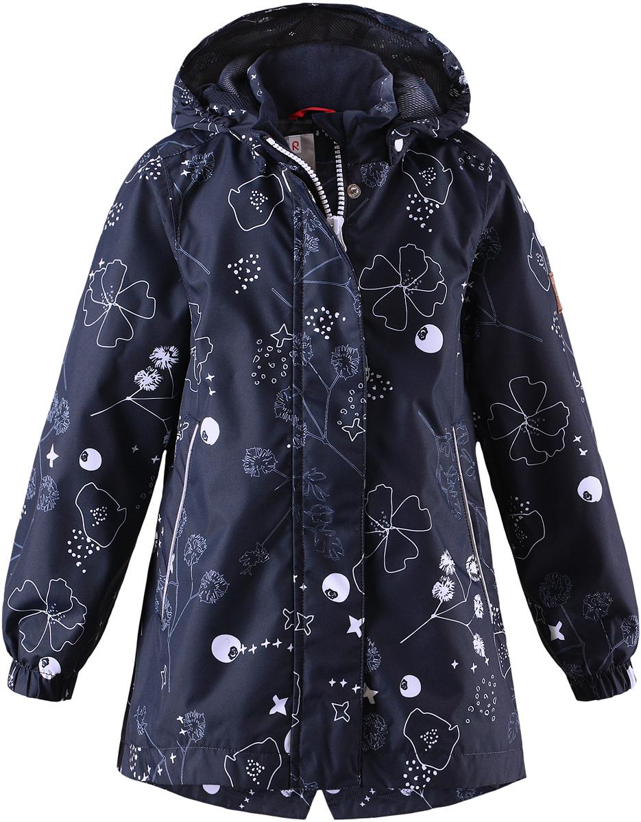 Куртка для девочки Reima Kimalle, цвет: синий. 5214866988. Размер 1165214866988Удлиненная демисезонная куртка для девочек эффективно защищает от ветра. Дышащий материал также является водо- и грязеотталкивающим, а основные швы этой непромокаемой куртки проклеены. Дышащая подкладка из mesh-сетки. Съемный капюшон защищает от пронизывающего ветра и безопасен во время игр на свежем воздухе. С помощью внутреннего пояска эту удлиненную модель для девочек можно сделать более приталенной. Имеются два прорезных кармана и светоотражающие детали.