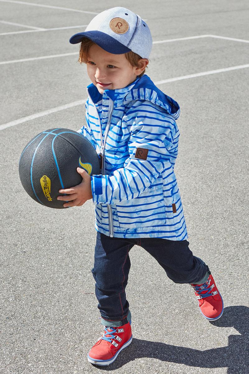Куртка детская Reima Knot, цвет: синий, белый. 5214832. Размер 1345214832Куртка Reima исполнена из высокотехнологичной ткани не пропускающей влагу, но не препятствующей циркуляции воздуха. Мембранная ткань пропускает влагу наружу когда ребенок потеет, но не позволяет ей проникнуть внутрь, что отлично при активных играх.
