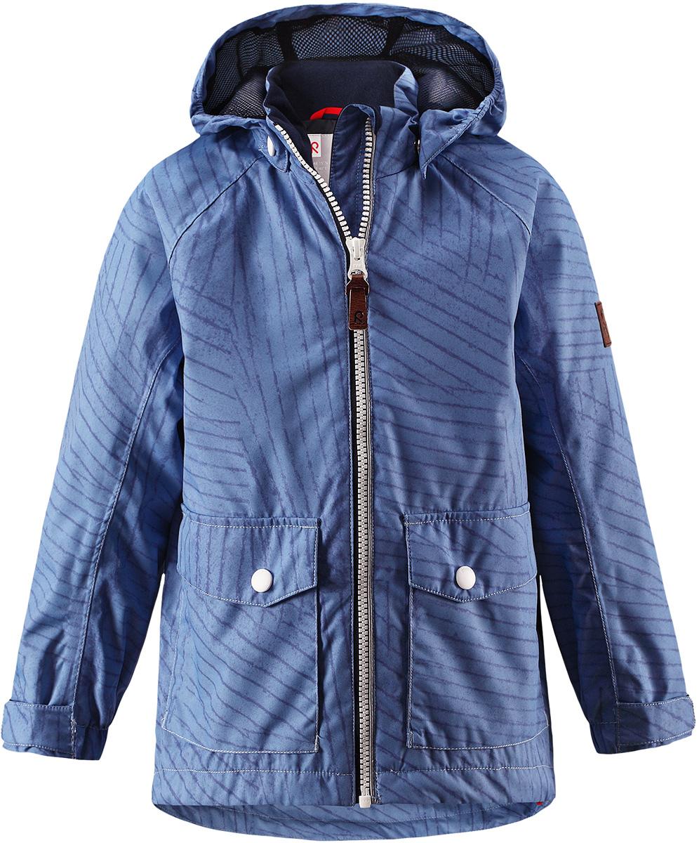 Куртка детская Reima Knot, цвет: синий. 5214857. Размер 925214857Куртка Reima исполнена из высокотехнологичной ткани не пропускающей влагу, но не препятствующей циркуляции воздуха. Мембранная ткань пропускает влагу наружу когда ребенок потеет, но не позволяет ей проникнуть внутрь, что отлично при активных играх.