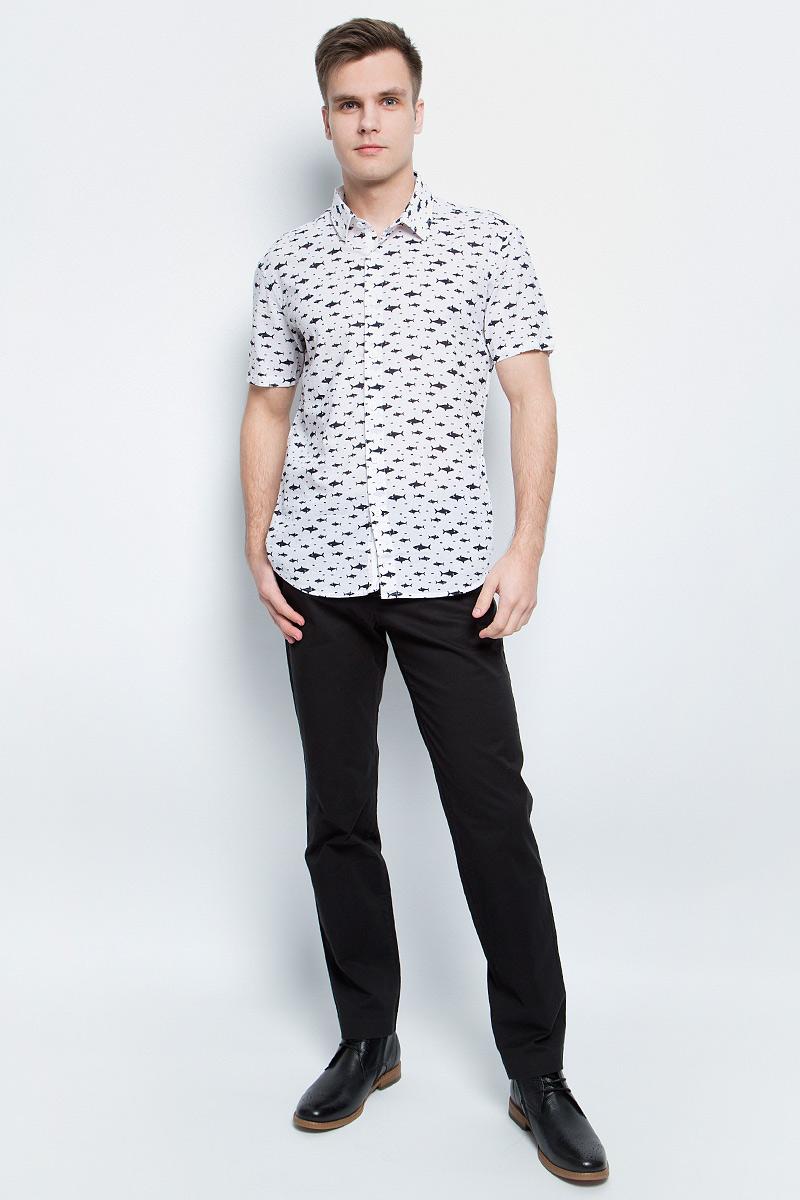 Рубашка мужская Finn Flare, цвет: белый. S17-24038_201. Размер S (46)S17-24038_201Рубашка мужская Finn Flare выполнена из натурального хлопка. Модель с отложным воротником и короткими рукавами застегивается на пуговицы.