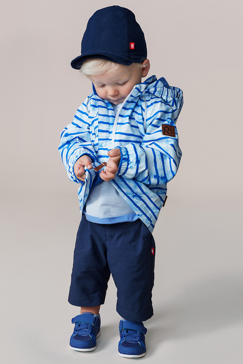 Куртка детская Reima Hihitys, цвет: синий. 5112366532. Размер 865112366532Водоотталкивающая и простая в уходе демисезонная куртка для малышей. Все основные швы проклеены, так что внутрь не просочится ни одна дождинка. Ветронепроницаемый материал имеет грязеотталкивающую поверхность. Гладкая и удобная подкладка из полиэстера облегчает надевание и не намокает от пота. Съемный капюшон защищает от пронизывающего ветра и безопасен во время игр на свежем воздухе. В куртке предусмотрены два кармана и светоотражающие детали.