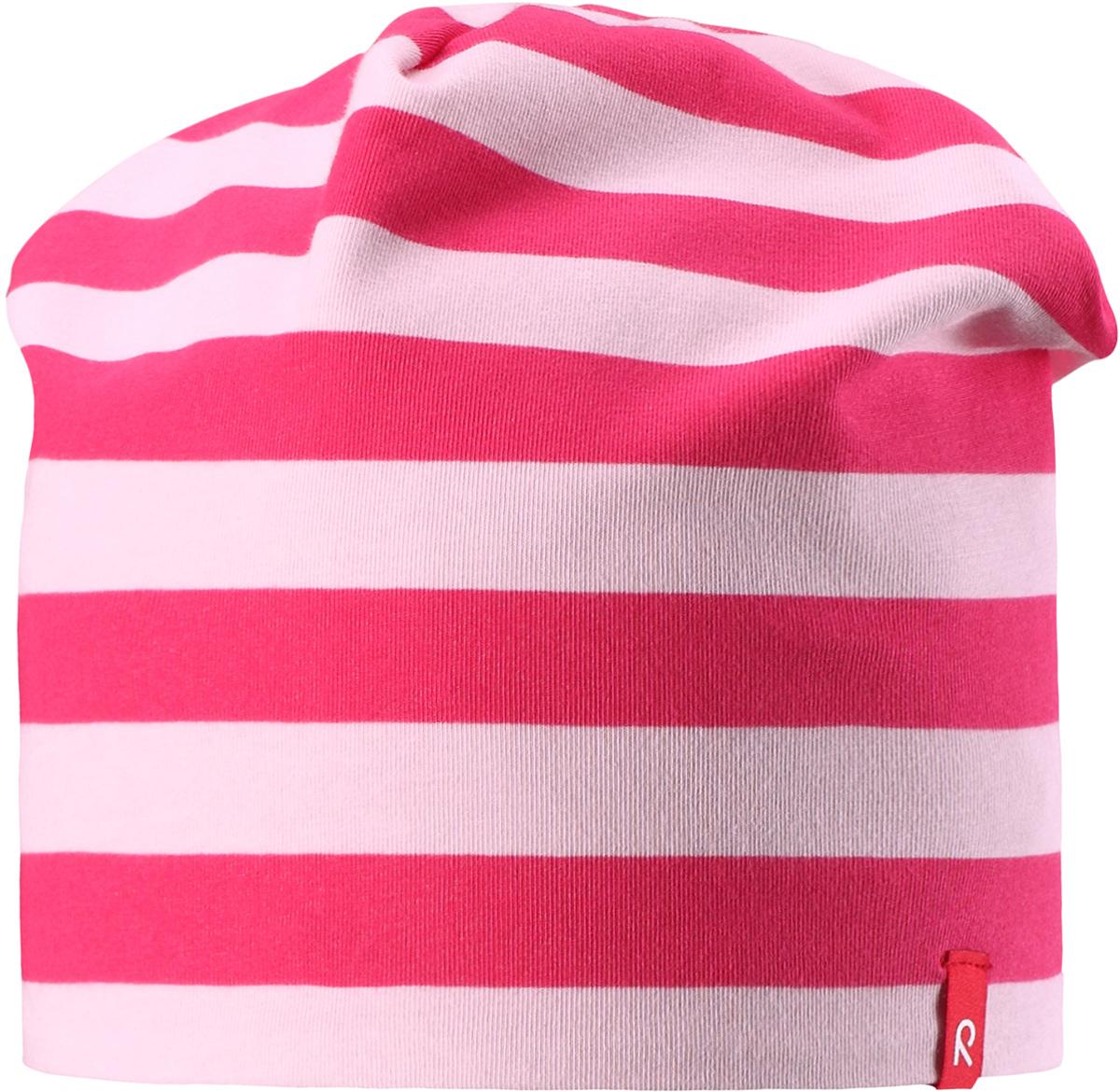 Шапка детская Reima Frappe, цвет: розовый. 5285153369. Размер 545285153369Легкая шапка для малышей яркой расцветки с УФ-защитой 40+. Шапка изготовлена из дышащего и быстросохнущего материла Play Jersey, эффективно выводящего влагу с кожи. Двусторонняя шапка в одно мгновение превращается из разноцветной в однотонную!