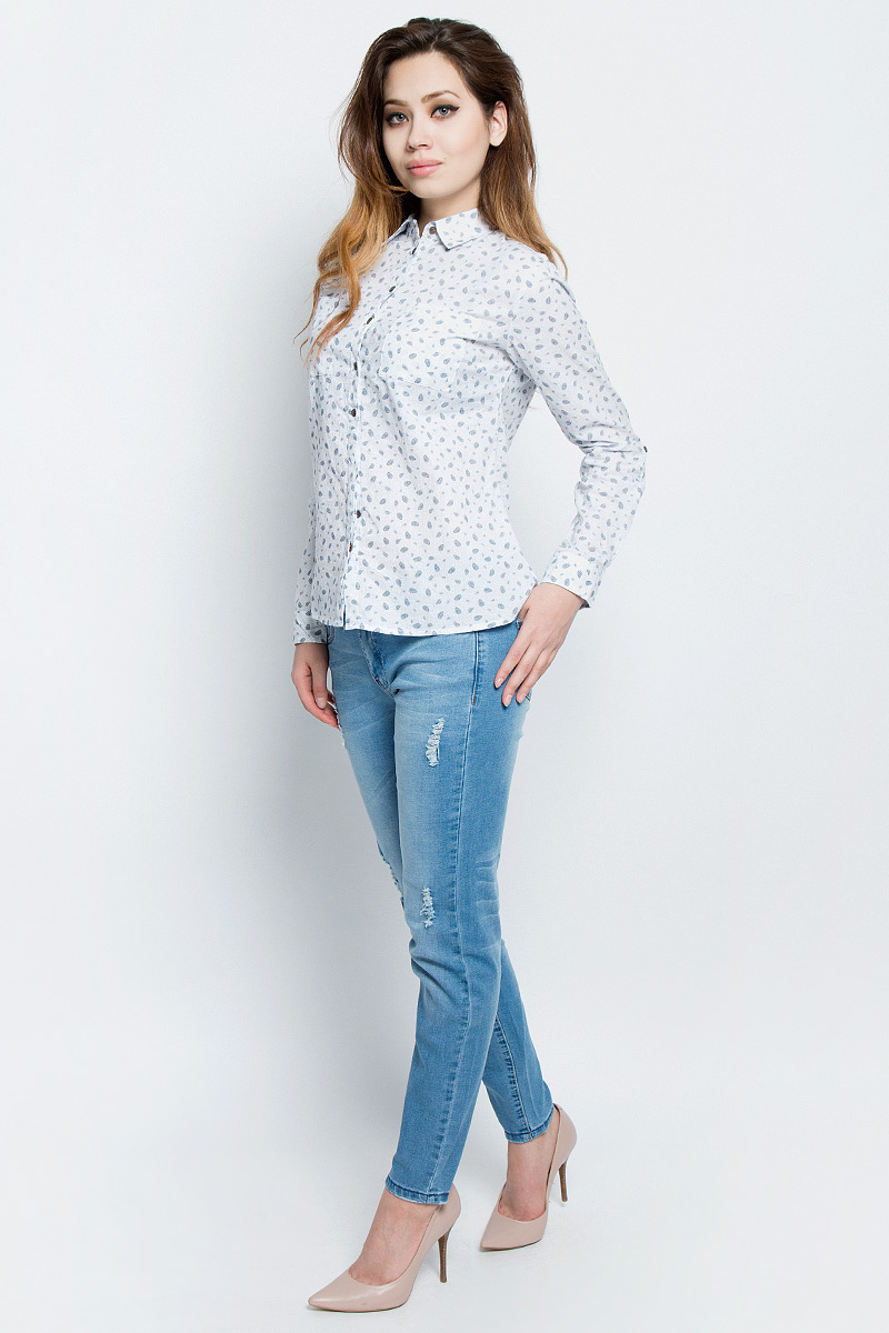Рубашка женская Sela, цвет: молочный. B-112/321-7162. Размер 44B-112/321-7162Стильная женская рубашка Sela выполнена из хлопка и оформлена оригинальным принтом. Модель прямого кроя с отложным воротничком застегивается на пуговицы, наполовину скрытые планкой, и дополнена двумя накладными карманами. Манжеты длинных рукавов также дополнены пуговицами. Рубашка подойдет для прогулок и дружеских встреч и будет отлично сочетаться с джинсами и брюками, и гармонично смотреться с юбками. Мягкая ткань комфортна и приятна на ощупь. Рукава можно подвернуть и зафиксировать при помощи хлястиков на пуговицах.