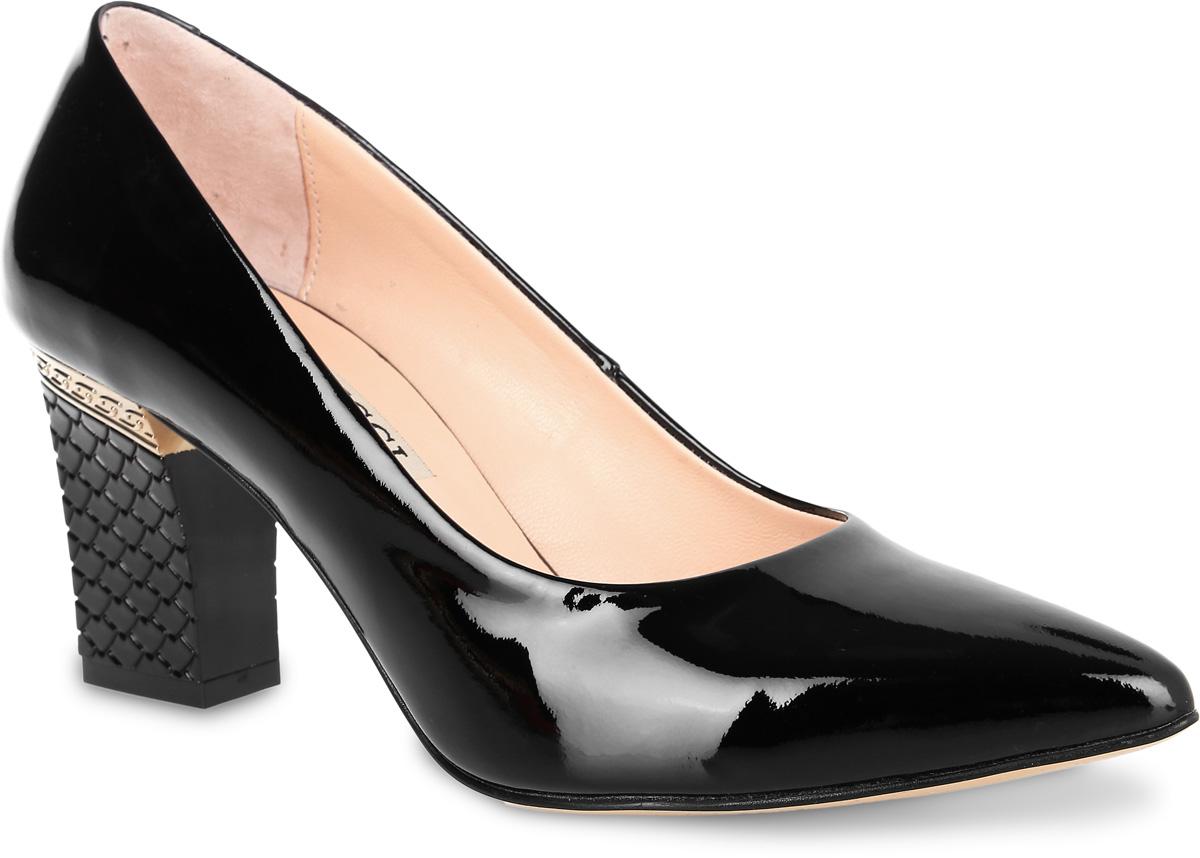 Туфли женские Benucci, цвет: черный. 6855. Размер 386855Элегантные женские туфли от Benucci займут достойное место в коллекции вашей обуви. Модель изготовлена из высококачественной натуральной кожи. Невероятно мягкая стелька из натуральной кожи, дополненная логотипом бренда, обеспечивает максимальный комфорт при движении. Невысокий каблук, оформленный тиснением и металлической вставкой, устойчив. Подошва с рифлением не скользит. Изысканные туфли добавят шика в модный образ и подчеркнут ваш безупречный вкус.