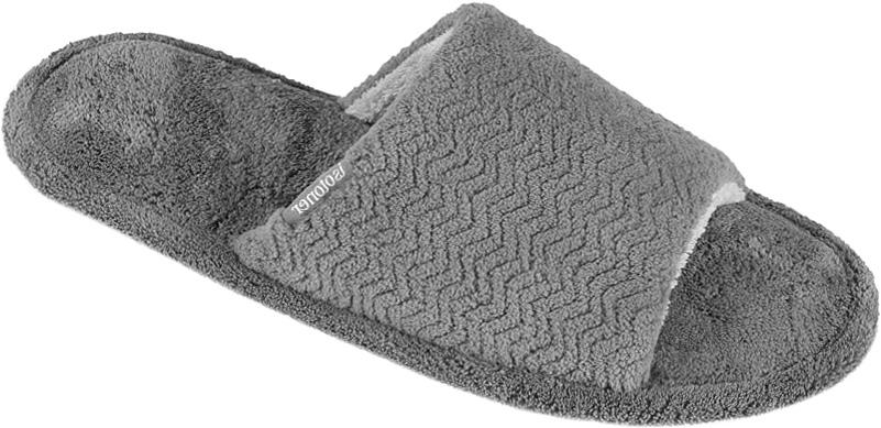 Тапки мужские Isotoner, цвет: серый. 96657. Размер 9 (42)96657Мужские тапки от Isotoner выполненные из текстиля, помогут отдохнуть вашим ногам после трудового дня.Эластичная резиновая подошва полностью повторяет изгиб стопы при движении.