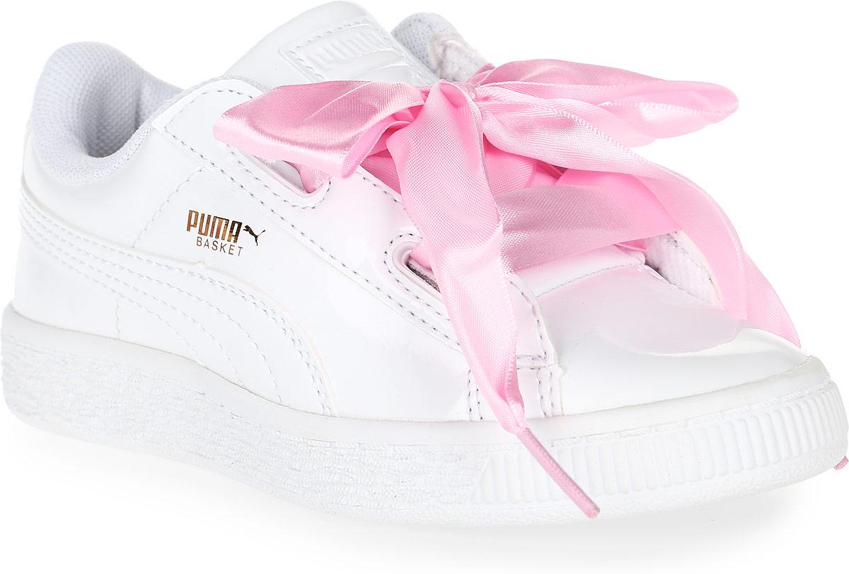 Кроссовки для девочки Puma, цвет: белый, розовый. 36335202. Размер 10 (27)36335202Модель Basket была выпущена Puma в далеком 1971 году, став своего рода ответом в коже на легендарные кроссовки Suede. Сегодня обувь Basket Heart Patent органично сочетает прошлое и настоящее благодаря очаровательным женственным деталям, в частности, оригинальной системе шнуровки. В комплекте также прилагаются утолщенные шнурки из тесьмы, добавляющие экстравагантности.