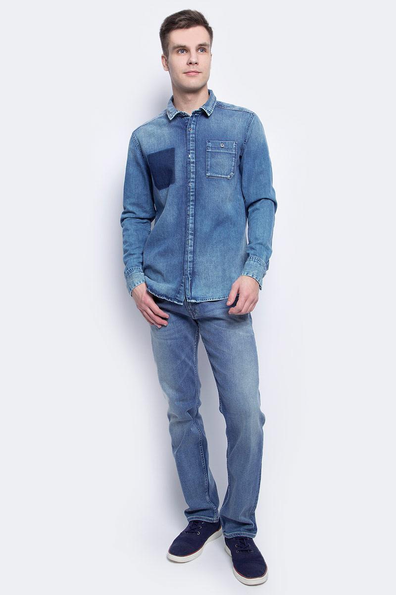 Рубашка мужская Calvin Klein Jeans, цвет: синий. J30J304305. Размер S (44/46)J30J304305Стильная мужская рубашка Calvin Klein Jeans, выполнена из натурального хлопка. Модель с отложным воротником и длинными рукавами застегивается на пуговицы с оригинальной планкой. Спереди имеется накладной карман на пуговице. Ткань на спине собрана в вертикальную планку. Манжеты рукавов оснащены застежками-пуговицами. Модель дополнена состаренным эффектом.