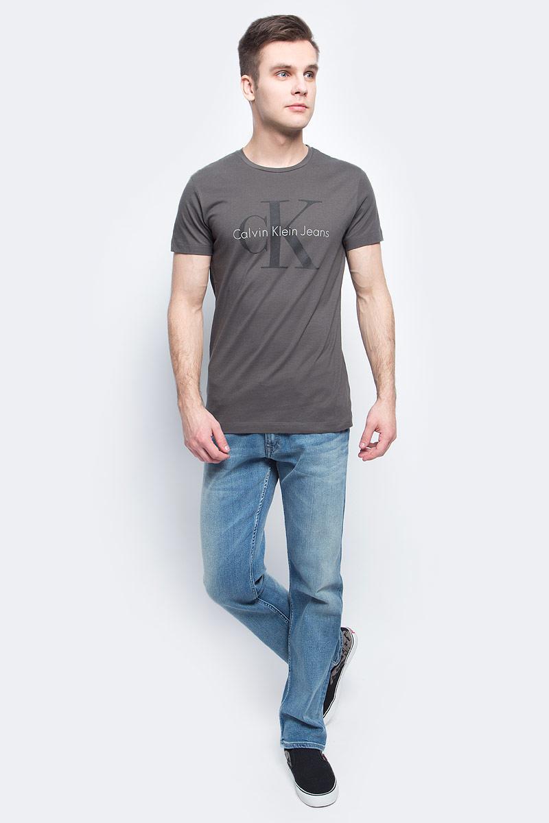 Футболка мужская Calvin Klein Jeans, цвет: тауп. J30J304597. Размер L (48/50)J30J304597Мужская футболка Calvin Klein Jeans изготовлена из натурального хлопка. Модель выполнена с круглой горловиной и короткими рукавами. Футболка оформлена крупным принтом с названием и логотипом бренда.
