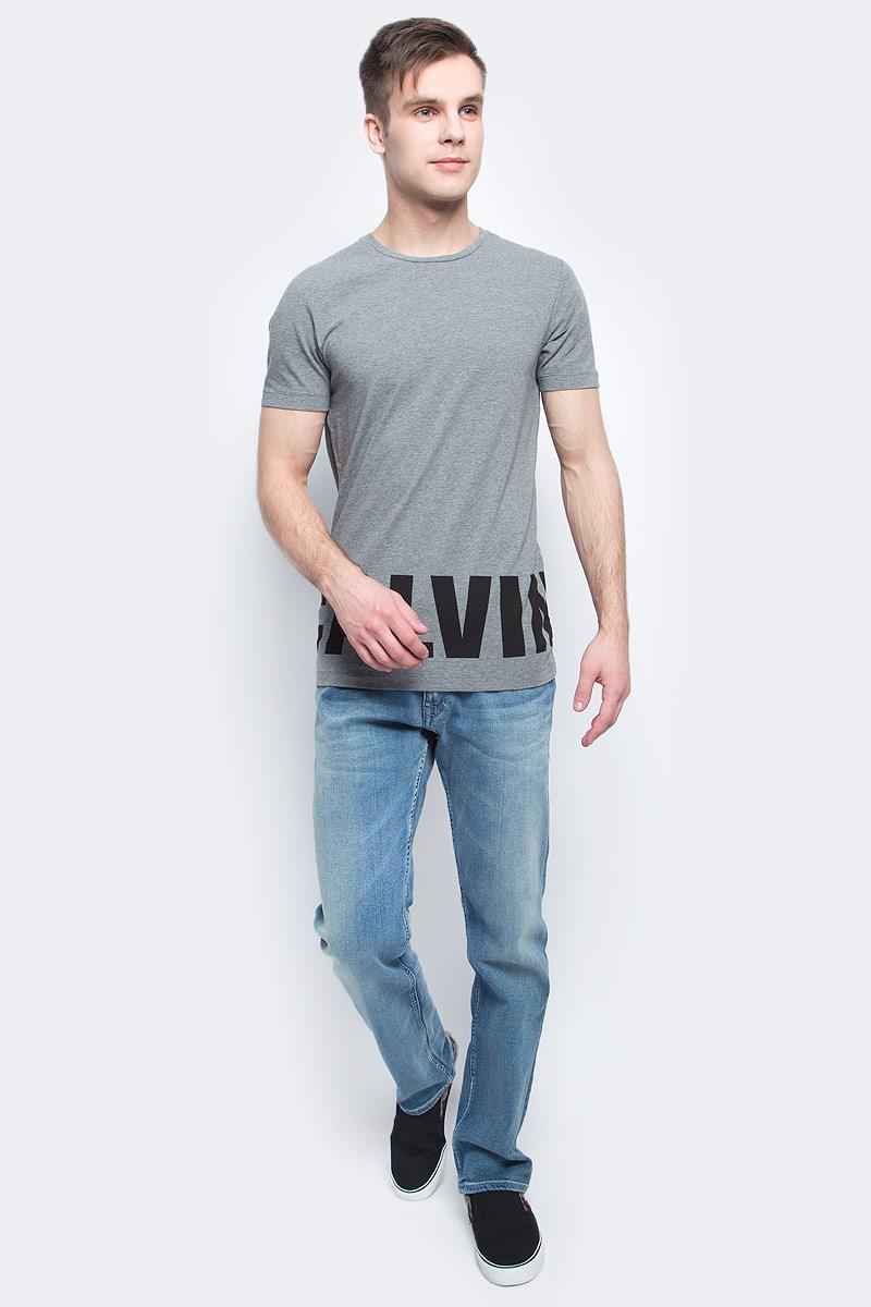 Футболка мужская Calvin Klein Jeans, цвет: серый. J30J304582. Размер XXL (54/56)J30J304582Мужская футболка Calvin Klein Jeans изготовлена из хлопка с добавлением эластана. Модель с круглой горловиной и короткими рукавами. По низу футболка декорирована надписью с названием бренда.