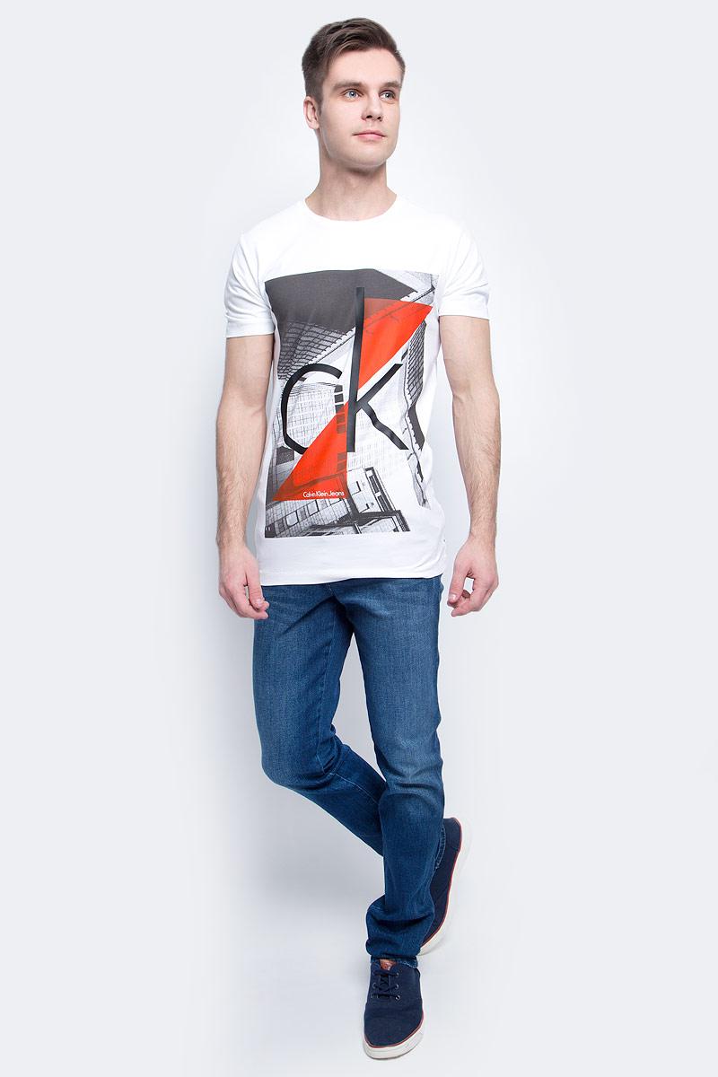 Футболка мужская Calvin Klein Jeans, цвет: белый. J30J304602. Размер XXL (54/56)J30J304602Мужская футболка Calvin Klein Jeans изготовлена из натурального хлопка с добавлением эластана. Модель оформлена круглой горловиной и короткими рукавами. Футболка дополнена крупным принтом с названием и логотипом бренда.