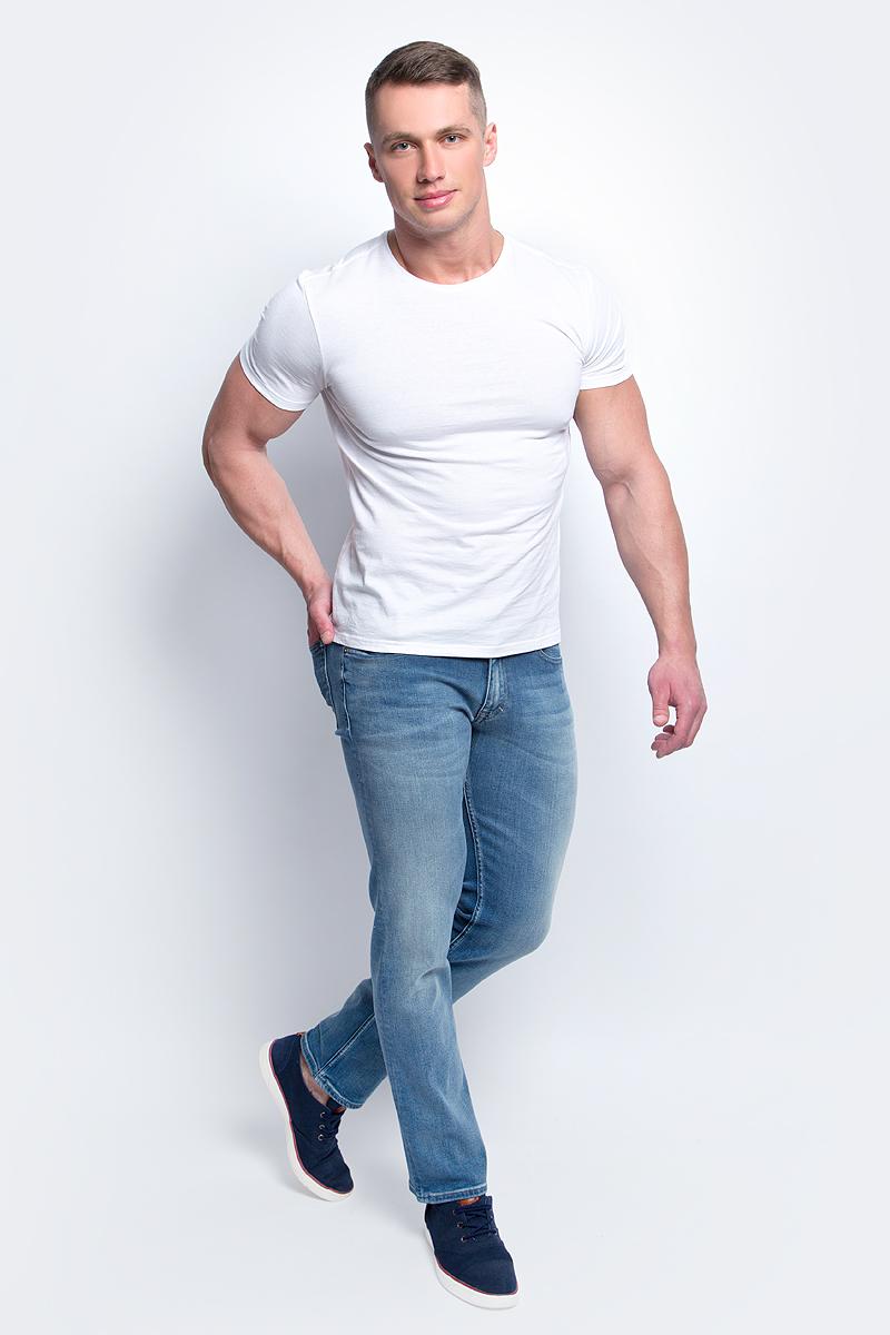 Джинсы мужские Calvin Klein Jeans, цвет: синий. J30J304708. Размер 32-32 (48/50-32)J30J304708Мужские джинсы стрейч Calvin Klein Jeans выполнены из качественной смесовой ткани на основе хлопка. Джинсы слегка зауженного кроя и средней посадки застегиваются на пуговицу в поясе и ширинку на застежке-молнии. На поясе предусмотрены шлевки для ремня. Спереди модель дополнена двумя втачными карманами и одним маленьким накладным кармашком, а сзади - двумя накладными карманами. Джинсы оформлены эффектом потертости.
