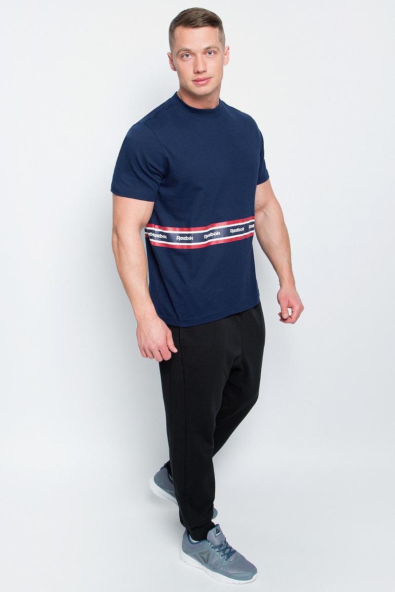 Футболка мужская Reebok F Printed Tape Tee, цвет: темно-синий. BK3806. Размер M (48/50)BK3806Мужская футболка Reebok F Printed Tape Tee изготовлена из натурального хлопка. Модель с круглым воротом и короткими рукавами. Однотонная футболка декорирована принтом с контрастными полосами и названием бренда.
