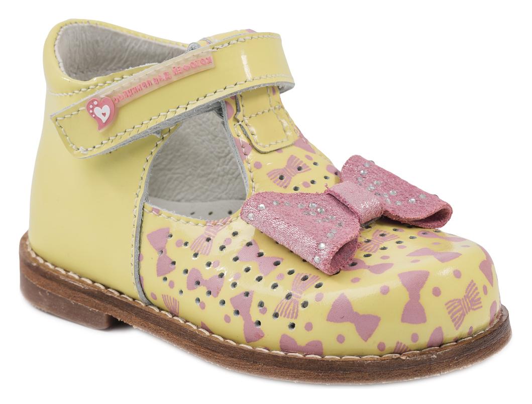 Туфли для девочки Котофей, цвет: желтый, розовый. 032081-21. Размер 22032081-21Модные туфли для девочки от Котофей выполнены из натуральной кожи. Мыс оформлен бантиком со стразами и перфорацией. Ремешок с застежкой-липучкой надежно зафиксирует модель на ноге. Внутренняя поверхность и стелька из натуральной кожи обеспечат комфорт при движении. Подошва и невысокий каблук дополнены рифлением.