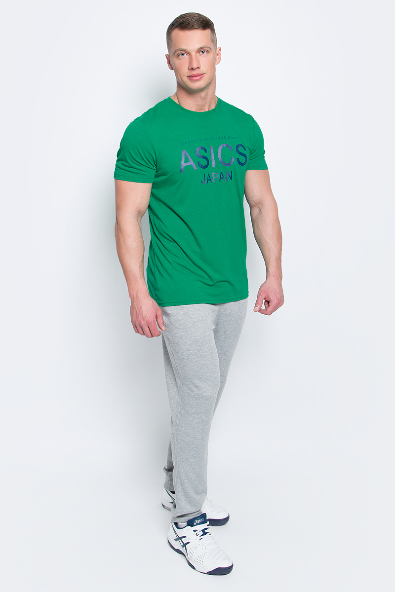 Футболка мужcкая Asics Logo Top, цвет: зеленый. 141100-5007. Размер M (48/50)141100-5007Мужская футболка Asics выполнена из полиэстера с добавлением вискозы и эластана.У модели классический круглый ворот и короткие стандартные рукава. Спереди изделие оформлено принтом с надписями, на спинке - логотипом бренда. Технология Motion Dry позволяет выводить влагу, оставляя тело сухим и сохраняя его оптимальный температурный режим.