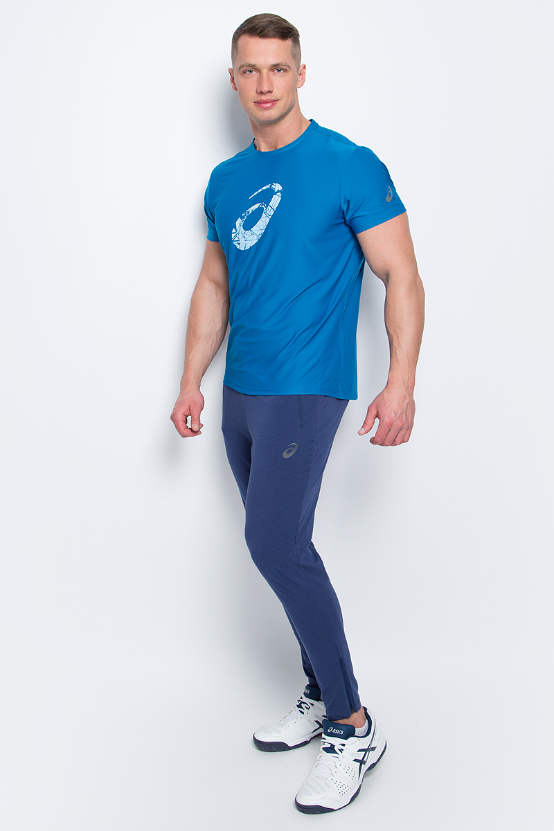 Футболка для бега мужская Asics Graphic SS Top, цвет: синий. 134085-8154. Размер L (50/52)134085-8154Стильная мужская футболка для бега Asics Graphic SS Top, выполненная из высококачественного полиэстера с применением технологии Motion Dry, обладает высокой воздухопроницаемостью, а также превосходно отводит влагу от тела, оставляя кожу сухой даже во время интенсивных тренировок. Такая футболка великолепно подойдет как для повседневной носки, так и для спортивных занятий. Комфортные плоские швы исключают риск натирания и раздражения.Модель с короткими рукавами и круглым вырезом горловины - идеальный вариант для создания модного спортивного образа. Футболка оформлена крупным логотипом бренда на груди. Такая футболка идеально подойдет для занятий спортом, бега и фитнеса. В ней вы всегда будете чувствовать себя уверенно и комфортно.