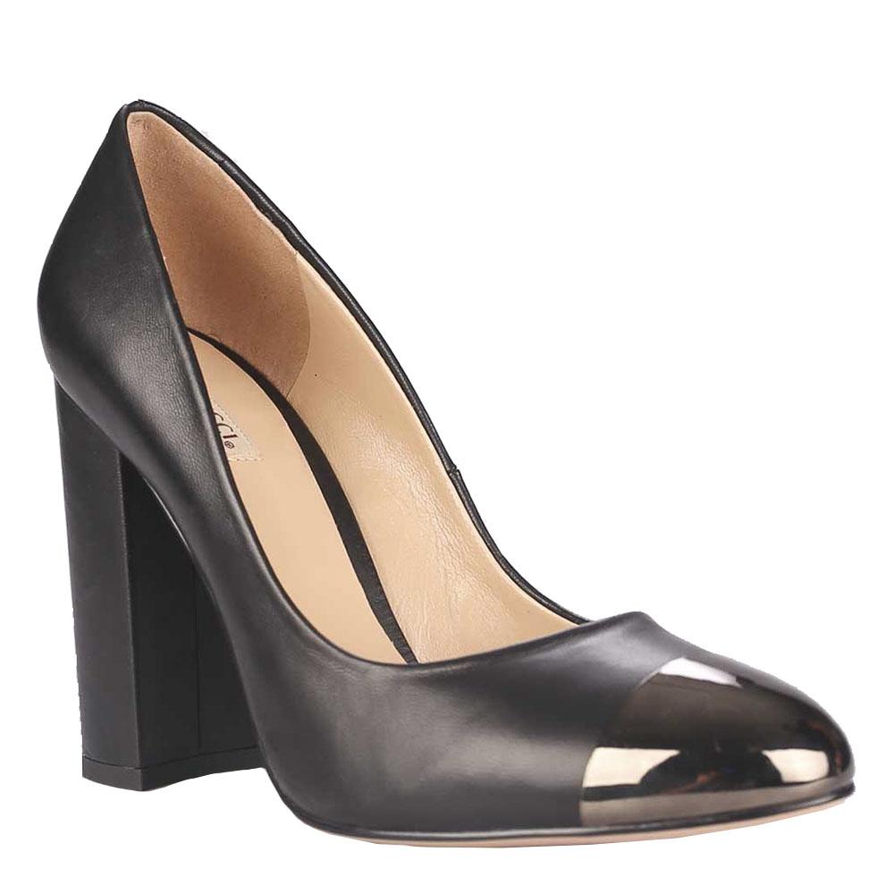 Туфли женские Vitacci, цвет: черный. 48637. Размер 3848637Шикарные женские туфли Vitacci займут достойное место среди вашей коллекции обуви. Модельизготовлена из высококачественной натуральной кожи. Мыс изделия оформлен металлическойвставкой. Стелька из натуральной кожи позволит ногам дышать. Высокий толстый каблукустойчив. Прелестные туфли добавят шика в модный образ и подчеркнут ваш безупречный вкус.