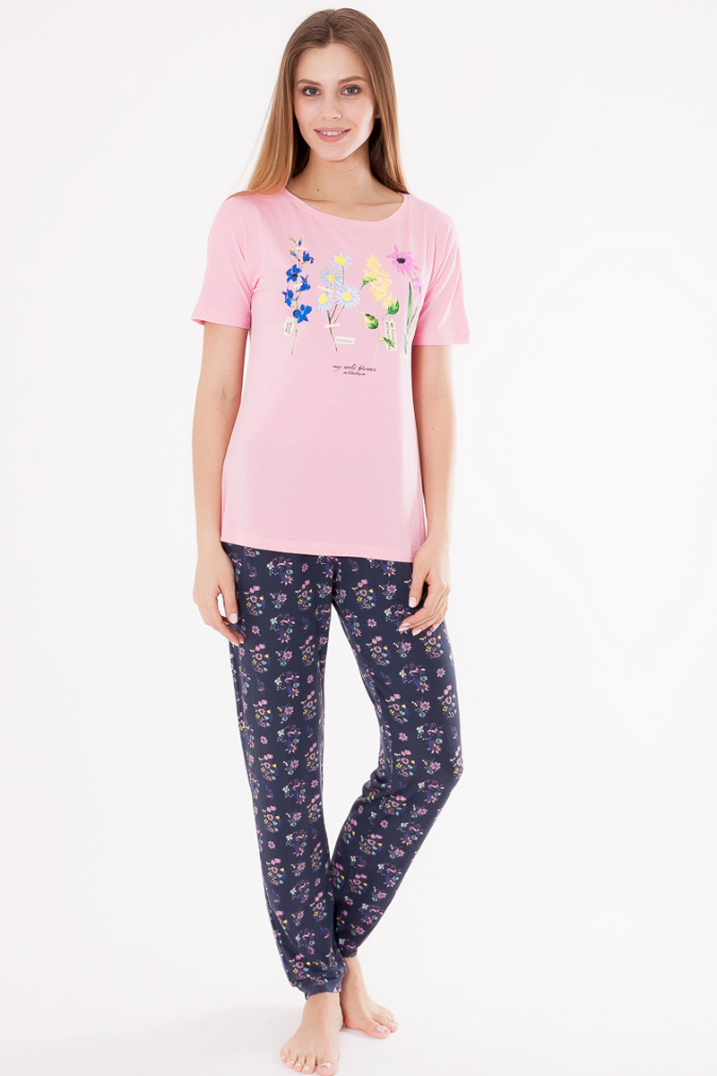 Пижама женская Mark Formelle: футболка, брюки, цвет: розовый, темно-серый. 1494-8_592284. Размер 501494-8_592284Пижама Mark Formelle состоит из футболки и брюк. Изделия выполнены из вискозы с добавлением эластана. Материал гипоаллергенный, отлично впитывает влагу и позволяет телу дышать, гарантируя ощущение комфорта и, как следствие, спокойный сон и качественный отдых. Футболка имеет стандартные короткие рукава и круглый вырез горловины. Брюки на резинке свободно сидят и не стесняют движений. Модель дополнена оригинальными рисунками и надписями.