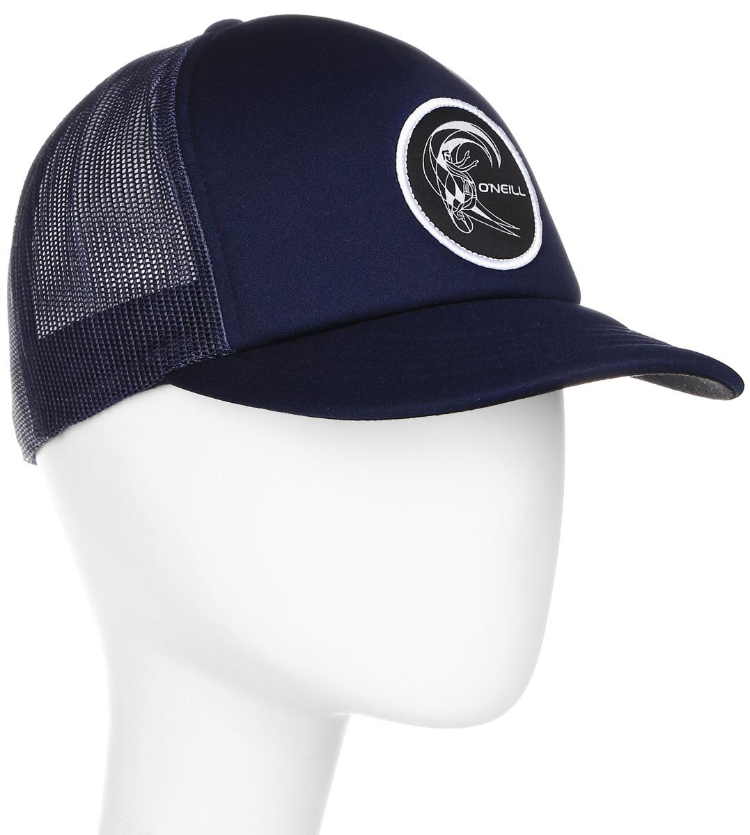 Бейсболка мужская ONeill Bm Trucker Cap, цвет: темно-синий, черный. 7A4110-5056. Размер универсальный7A4110-5056Бейсболка ONeill, выполненная из 100% полиэстера, станет незаменимым аксессуаром в летний сезон. Модель защитит голову от перегрева, а глаза от яркого света. Бейсболка имеет 5-панельный дизайн и сетку сзади для вентиляции и прохлады в жару. Модель спереди дополнена нашивкой с названием бренда. Обхват головы регулируется с помощью пластикового ремешка сзади.