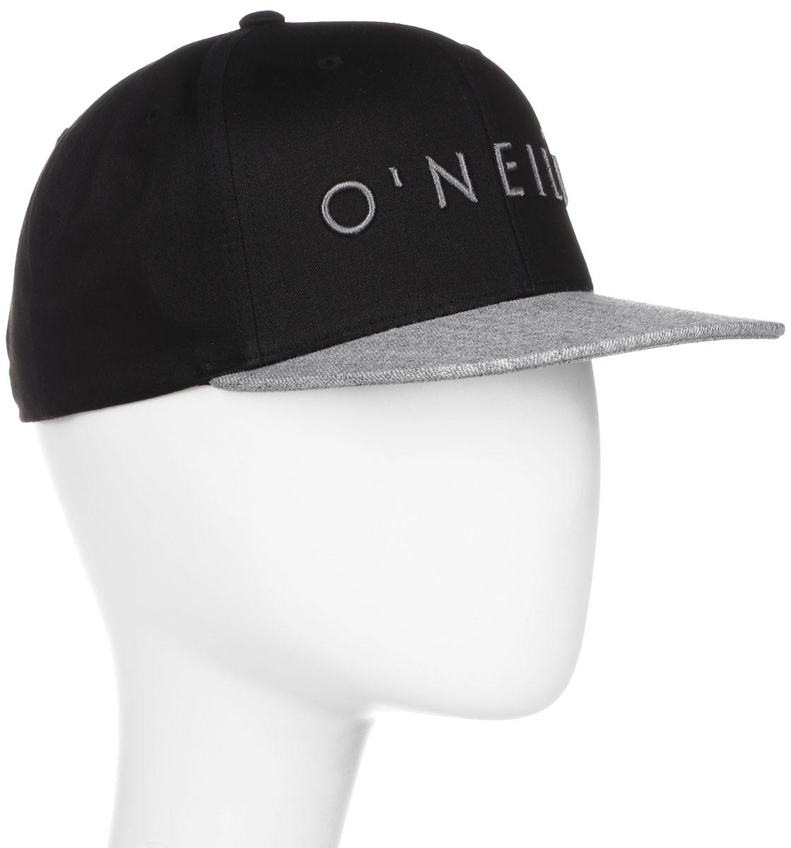 Бейсболка мужская ONeill Bm Yambo Cap, цвет: черный, серый. 7A4112-9010. Размер универсальный7A4112-9010Бейсболка ONeill станет незаменимым аксессуаром в летний сезон. Модель защитит голову от перегрева, а глаза от яркого света. Бейсболка имеет 6-панельный дизайн и плоский козырек. Верх выполнен из хлопка с добавлением полиэстера, а козырек отделан контрастной тканью из акрила с добавлением шерсти, что смотрится очень эффектно и стильно. Модель спереди дополнена вышивкой с названием бренда. Обхват головы регулируется с помощью пластикового ремешка сзади.