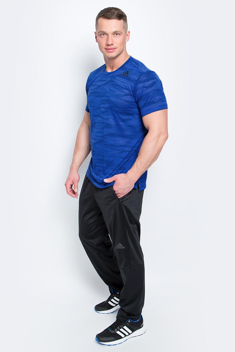 Футболка мужская Adidas Freelift Ak, цвет: синий, голубой. BK6099. Размер L (52/54)BK6099Мужская футболка Adidas Freelift Ak изготовлена из качественного полиэстера с технологией climalite. Модель с круглой горловиной и короткими рукавами. Футболка спереди декорирована термопринтом с логотипом и названием бренда. Спинка слегка удлинена, имеются небольшие боковые разрезы.