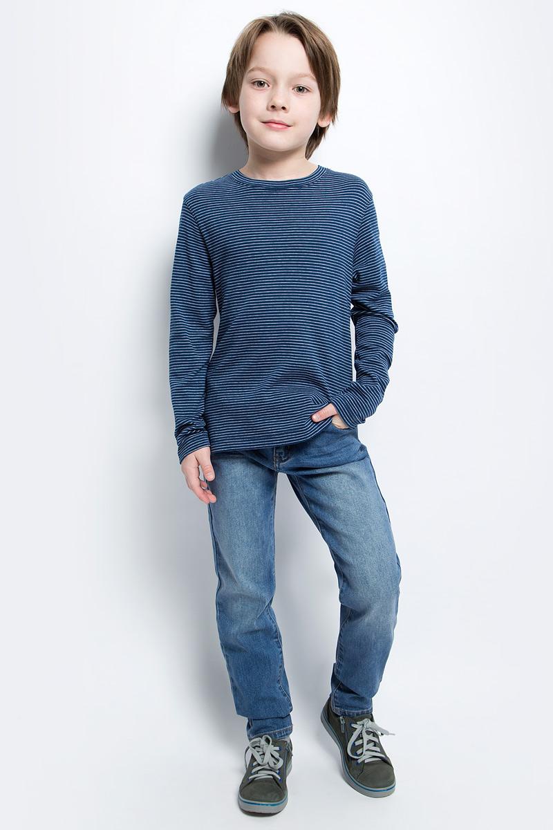 Джинсы для мальчика Button Blue Main, цвет: голубой. 117BBBC6304D200. Размер 104, 4 года117BBBC6304D200Классные джинсы с перманентными складками — гарантия модного современного образа. Хороший крой, удобная посадка на фигуре подарят мальчику комфорт и свободу движений. Если вы хотите купить ребенку недорогие модные зауженные джинсы, модель от Button Blue - прекрасный выбор!