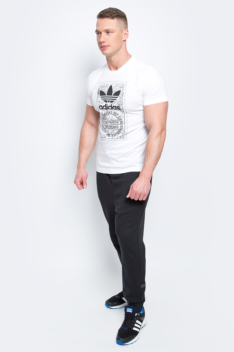 Футболка мужская adidas Graphic T Mthly, цвет: белый. BP8988. Размер L (52/54)BP8988Мужская футболка Adidas Graphic T Mthly изготовлена из качественного натурального хлопка. Модель с круглой горловиной и короткими рукавами. Принт на футболке изображает кирпичную стену дома в викторианском стиле и штамп с надписью The Brand With The 3 Stripes.