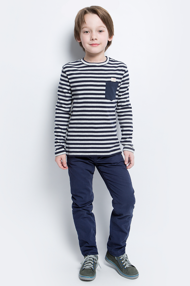 Футболка с длинным рукавом для мальчика Gulliver, цвет: темно-синий, серый. 21607BKC1203. Размер 12221607BKC1203Детские футболки с длинным рукавом - основа повседневного гардероба!Удобная и красивая, стильная трикотажная футболка в мелкую полоску способна добавить образу изюминку, а также подарить комфорт и свободу движений. Если вы хотите приобрести модную и удобную вещь на каждый день, вам стоит купить классную футболку в полоску. Темный однотонный карман добавляет модели изюминку. Мягкий хлопок обеспечивает прекрасный внешний вид и комфорт в повседневной носке.