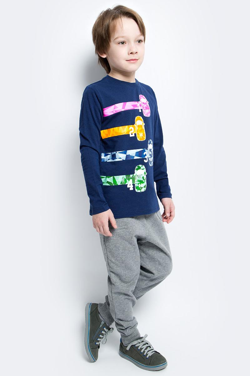 Брюки спортвные для мальчика PlayToday, цвет: серый. 171067. Размер 116171067Брюки спортивные из натурального материала прекрасно подойдут вашему ребенку для отдыха и прогулок. Модель на мягкой резинке, дополнительно снабжена шнуром - кулиской, которая, при необходимости, позволит подогнать брюки по фигуре вашего ребенка. Такая модель прекрасно подойдет для занятий спортом. Мягкая ткань не сковывает движений ребенка. Низ брючин отделан мягкой резинкой.