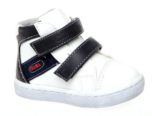 Ботинки для мальчика Сказка, цвет: синий, белый. R216226116. Размер 22R216226116Модные ботинки Сказка не оставят равнодушным вашего ребенка! Модель выполнена из натуральной и искусственной кожи. Ремешки на застежках-липучках, обеспечивают надежную фиксацию обуви на ноге. Стильные ботинки - незаменимая вещь в гардеробе вашего мальчика.